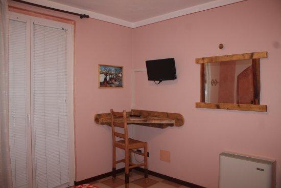 Scrivania e Tv Rosina - Picture of Camere da Sabrina, Broglie ...