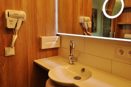 Neutraubling, Deutschland: Hotel-7-continents-Deluxe_Zimmer_Badezimmer