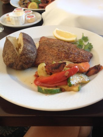 Markdale, Canadá: Trout with baked potato and vegetables
