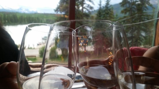 The Pines Restaurant: Relaxing dinner by the lakeside