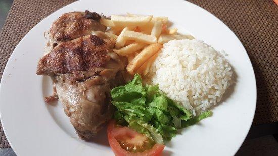 Espargos, الرأس الأخضر: Kip met patat en rijst