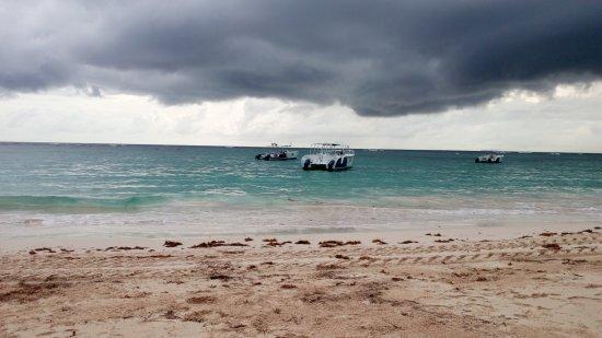 Dominican Republic: donkere wolken naderen het strand