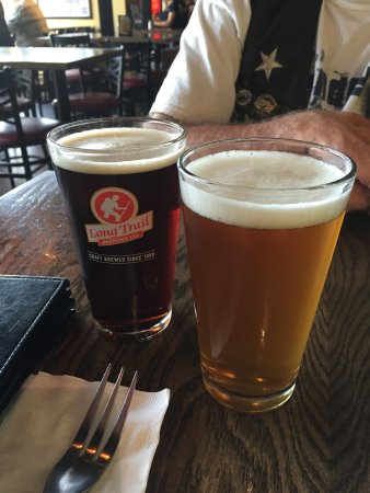 Hooksett, Nueva Hampshire: I got the one on the right the Tuckermans pale ale