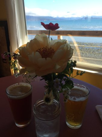 Fresh Catch Cafe : Fresh flowers on the table and our drinks