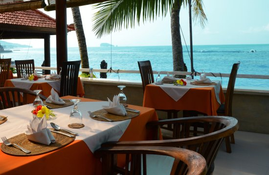 Anom Beach Inn Bungalows: Breakfast at the beachfront-restaurant