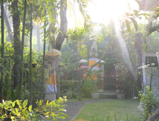Anom Beach Inn Bungalows: Tropical garden with traditional temple