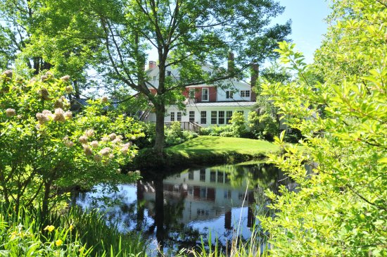 West Townshend, Вермонт: back of the Main House from the pond