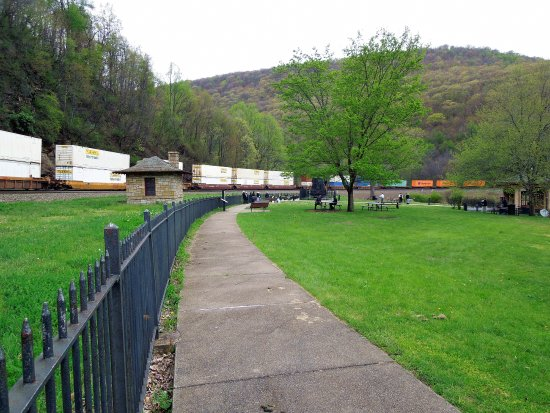 Altoona, Pensilvania: Partial View of Long Train at Horseshoe Curve