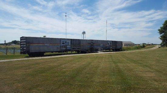 Depot Inn & Suites: Amtrak cars outside hotel