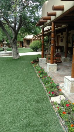 Gage Hotel: Beautiful landscaping throughout - rooms off from the main part of the hotel