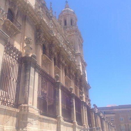 Jaen Cathedral: Bel édifice accompagné du beau temps