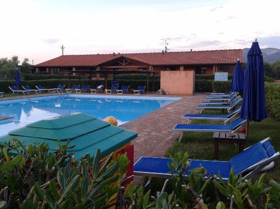 Residence Podere San Giuseppe: la piscina dal lato dell'edificio principale