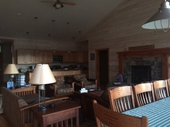 Silver Bay, NY: Great room is open to full well equipped kitchen with granite counters and stainless appliances