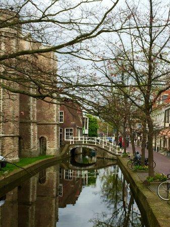 Hotel de Emauspoort: Canal alongside hotel