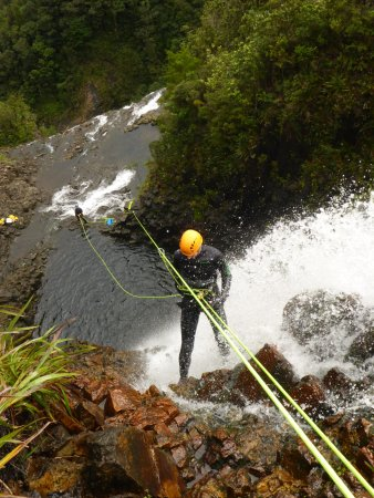 Thames, Nouvelle-Zélande : Abseiling down one of the 10 waterfalls