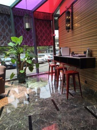 Yitel Hotel Shanghai Zhangjiang: Lobby area has free coffee machine and relaxing area.