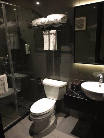 Yitel Hotel Shanghai Zhangjiang: Very new and clean bathroom
