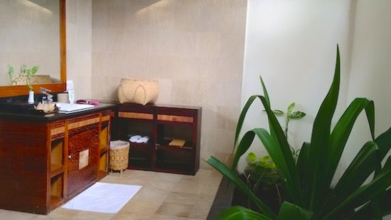 Hotel Ombak Sunset: Our open-air bathroom