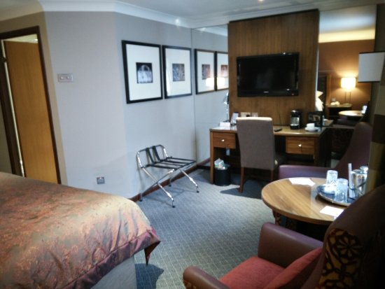 Macdonald Holyrood Hotel: Other side of room (NB more switches that do nothing by bathroom door)