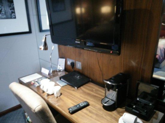 Macdonald Holyrood Hotel: Desk with coffee machine