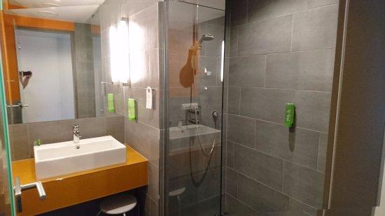 Atlantic Hotel: Bad im Zimmer 716, mit sehr großer Dusche