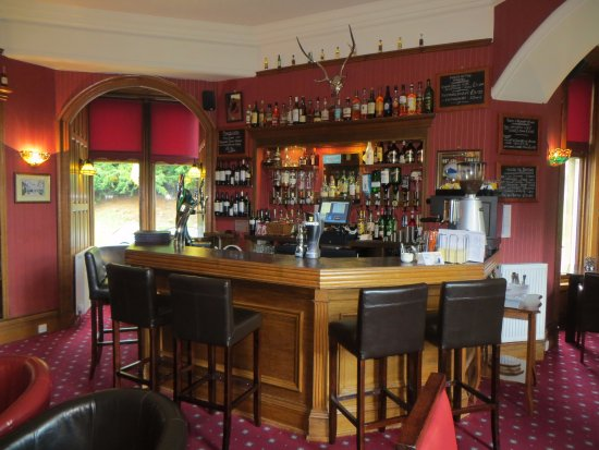 Castle Venlaw Restaurant: The bar with turret seating areas