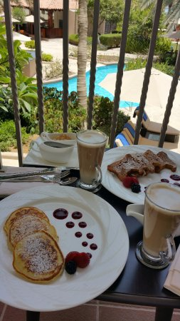 The Ritz-Carlton, Dubai: Breakfast with pool view