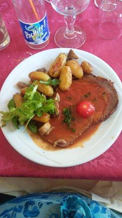 Caumont, France: Faux-filet rôti, pommes de terre, champignons, lardons