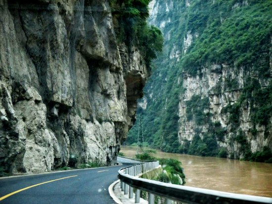 Hanyuan County, Trung Quốc: road through the canyon