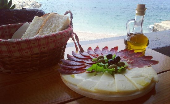 Unije, Kroatien: Dalmatian smoked ham and cheese from island Pag.