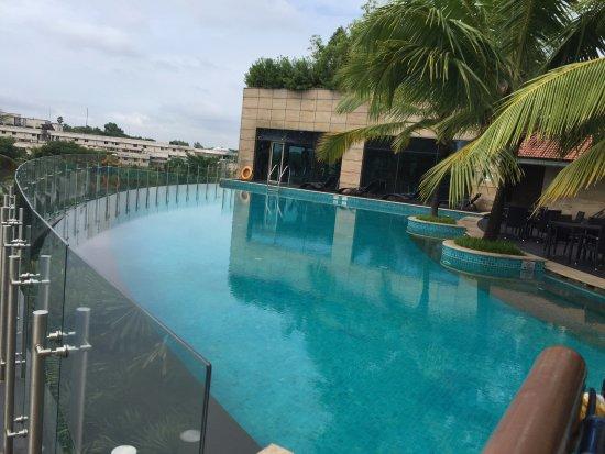 Crowne Plaza Kochi : Pool