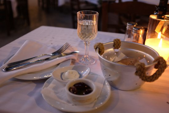 Romios Restaurant: Dry white wine with bread appetizer