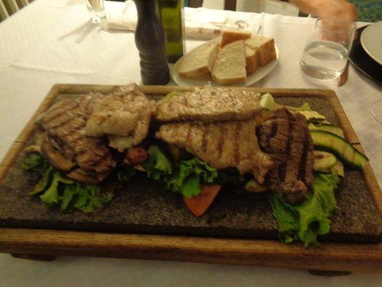 Etroubles, Ιταλία: Grillplatte vom heißen Stein