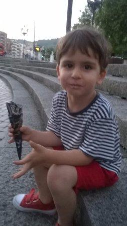 Tostadero Nossi-Be: Mi peke de tres años comiéndose un helado Sabor Kinder con cucurucho de chocolate en el Arriaga