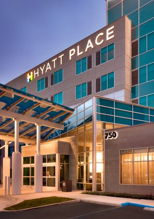 Hyatt Place LAX El Segundo: Evening Entrance