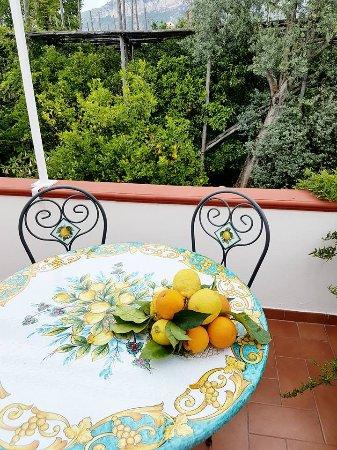 Villa Maresca: Vietri Ceramic tables