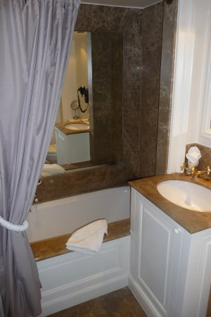 Hotel de Orangerie: Ensuite bathroom, room 216