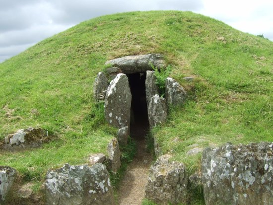 Gaerwen, UK: Tomb entrance from the outside