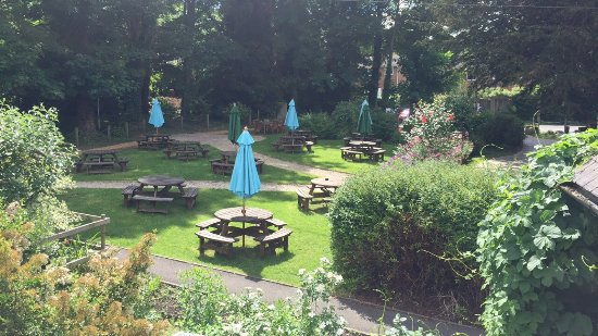 Bull Inn at Streatley: Beautiful gardens