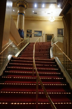 Crowne Plaza Los Angeles - Commerce Casino: Stairway to lobby