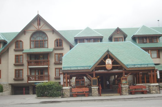 Banff Caribou Lodge & Spa: The front of the hotel