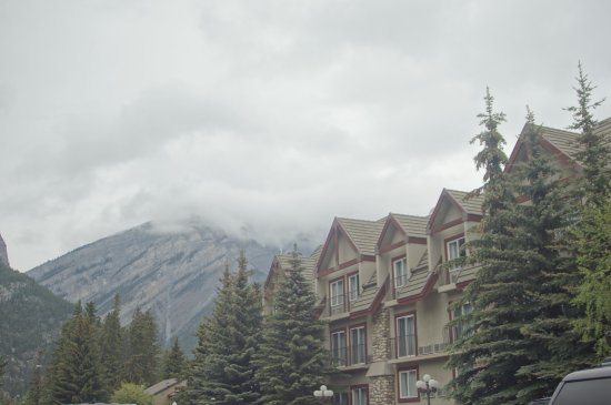 Banff Caribou Lodge & Spa: The left hand side of the hotel from the front