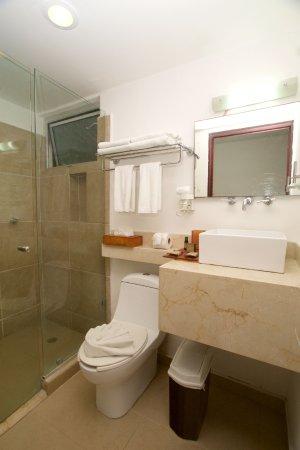Hotel Bambu Suites: Baño con acabados de lujo