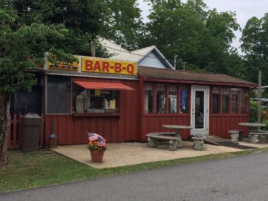 Warm Springs, Géorgie : Mac's Bar-B-Q. Order at the window, eat inside or outside, more outside tables around the corner