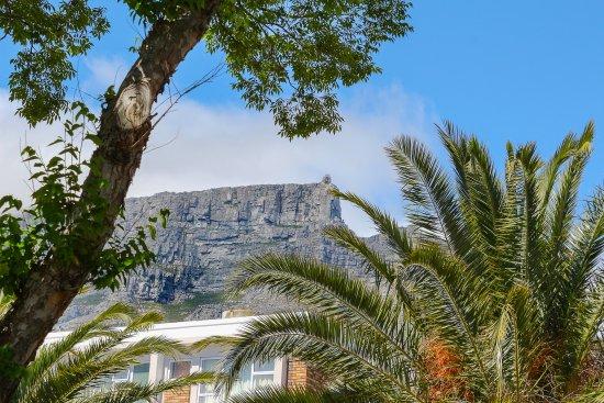 ديروينت هاوس: Table Mountain up the road . . .