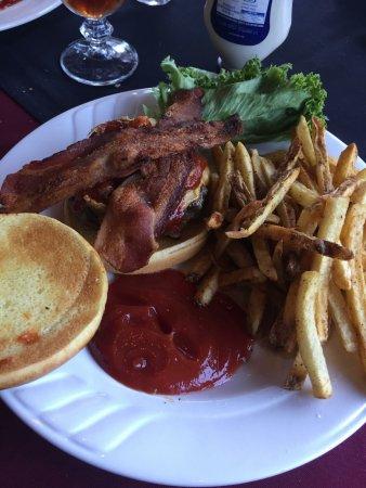Snug Tavern & Grill: Great Burger & fries!