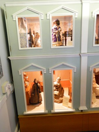 Ilkley Toy Museum: Doll Cabinet