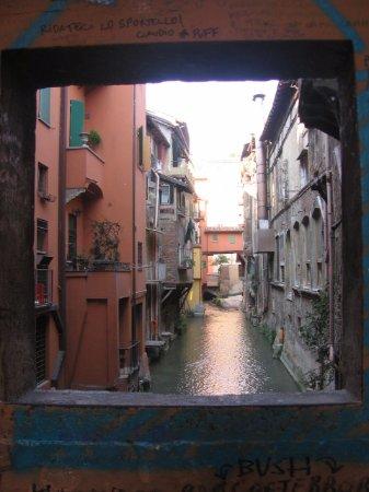Una finestra sul reno foto di finestrella di via piella bologna tripadvisor - Bologna finestra sul canale ...