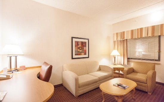 Quality Suites Hotel: All suites have 2 televisions, microwaves, and refrigerators.