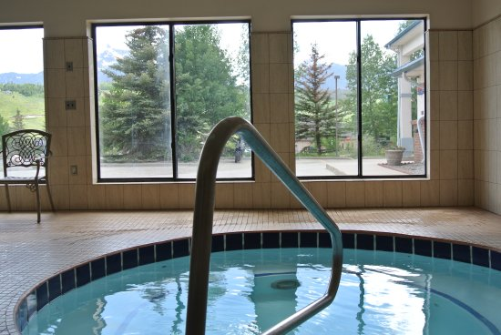 Luxury Inn & Suites: HOT TUB